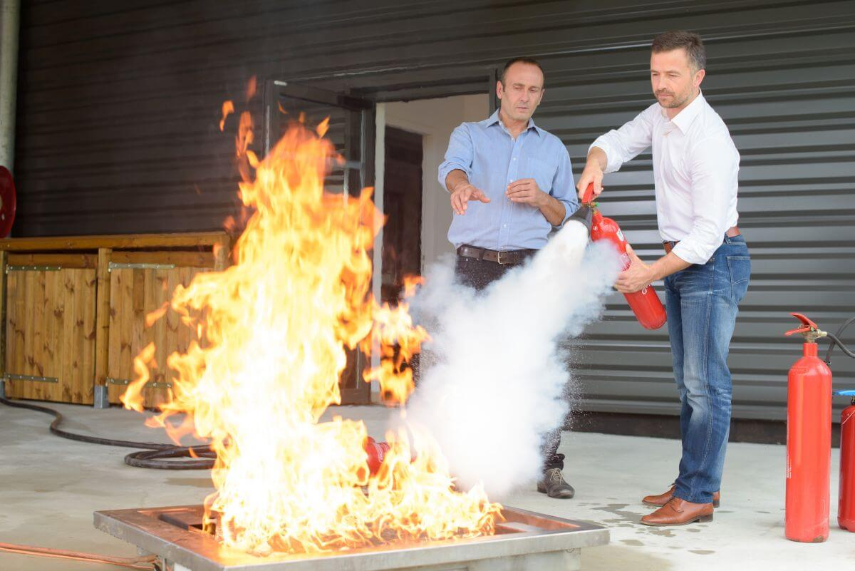 Обучение за гасене на пожар с пожарогасител Враца